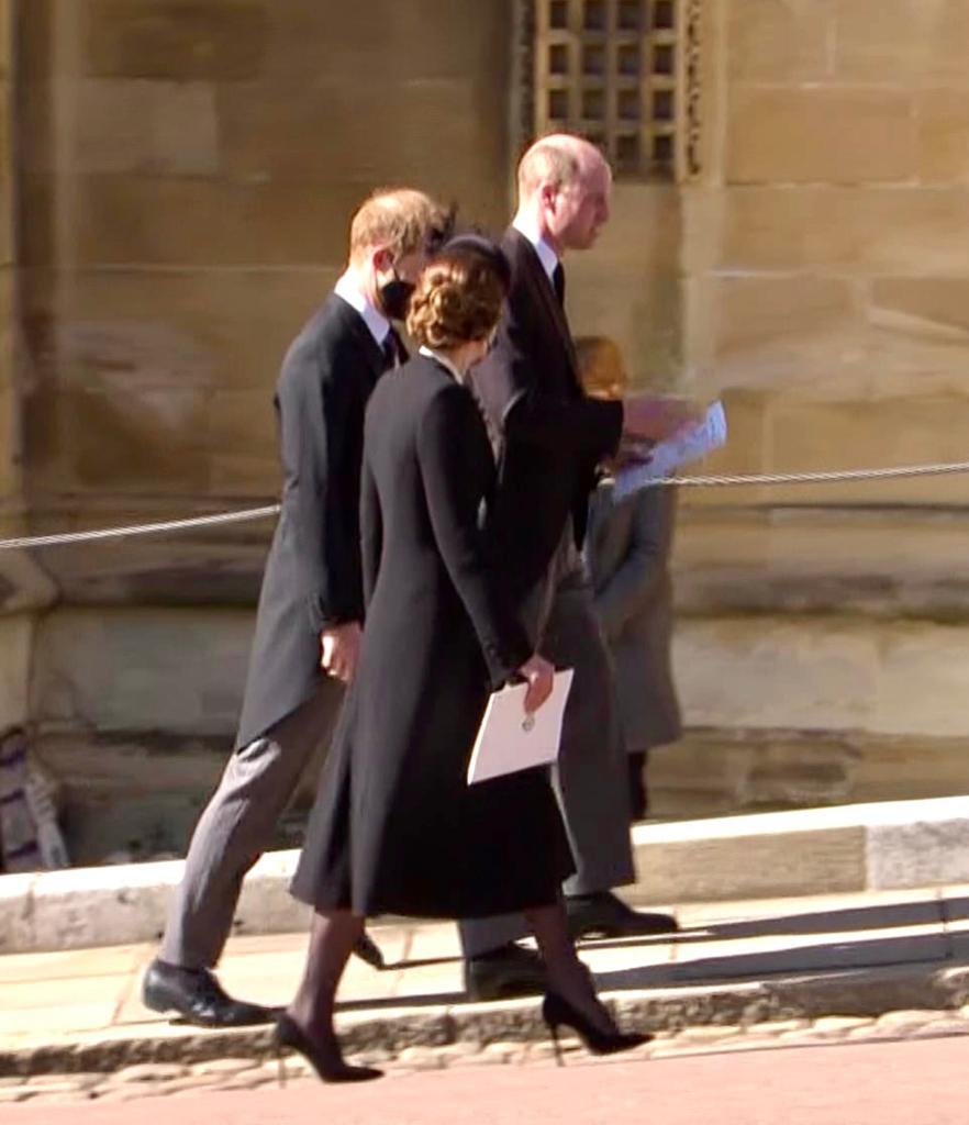 Harry, Kate n William jalan bareng meninggalkan kapel St George seusai prosesi pemakaman Pangeran Philip. Kali pertama mereka bersama dlm setah FHun terakhir. Tampak Kate n Harry berbincang akrab sepulang dri kapel St George Sabtu siang (waktu London) td
