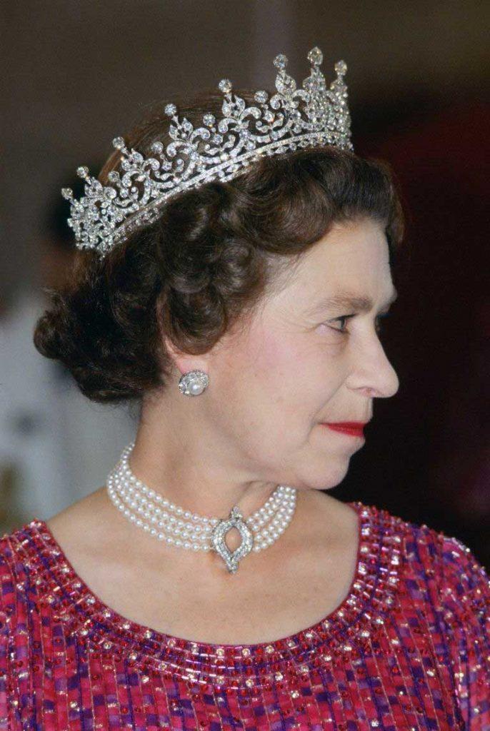 ratu-elizabeth-dengan-kalung-yang-sam-apdipakai-Kate--Middleton